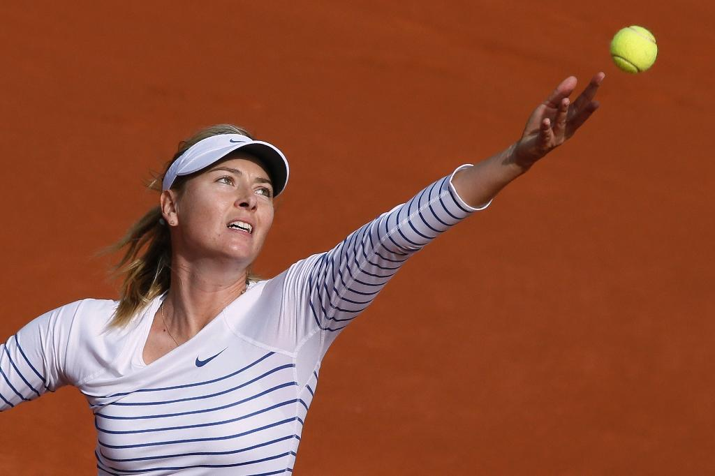 Sharapova jeered off court, Murray breezes through