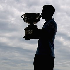 Enero, primer Grand Slam de la temporada y primer gran triunfo de Novak Djokovic en la pista. El serbio comenz con mucha fuerza en Melbourne. Elimin en semifinales a Roger Federer y en la final bati a Andy Murray por 6-4, 6-2 y 6-2. Para celebrarlo, posado oficial con la vista de la ciudad australiana a sus pies. Su sombre se prevea alargada. (Quinn Rooney/Getty Images)
