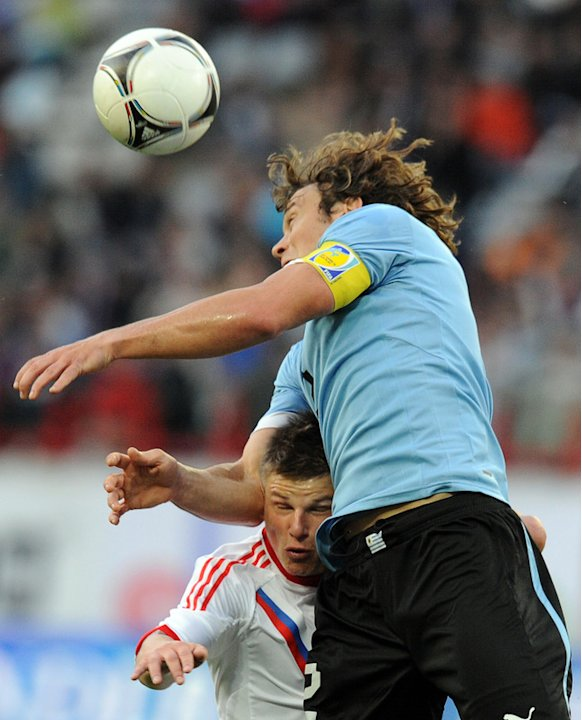 Andrey Arshavin (L) Of Russia Vies AFP/Getty Images