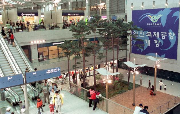 Bandara Internasional Incheon, Korea Selatan  Bandara ini sangat besar dan memiliki beberapa fasilitas gratis seperti area istirahat dengan kursi malas, ruang internet dan ruang media/televisi. Selain itu ada pemandian (berbayar), gym, taman, berbagai pilihan makanan dan minuman, hotel dan akses ke pusat kota yang mudah. Interiornya nyaman, meski tidak senyaman Changi.  Berita bagus bagi warga negara Indonesia yang memiliki tiket terusan dan visa ke negara-negara tujuan seperti Amerika Serikat, Jepang atau Inggris maka kita bisa memasuki Korea Selatan melalui imigrasi tanpa visa kunjungan, dan diberi keleluasaan hingga 30 hari.