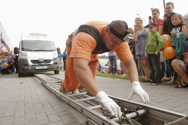 Belarusian strongman Shimko pulls seven buses during opening of Arena city Trade Centre in Minsk