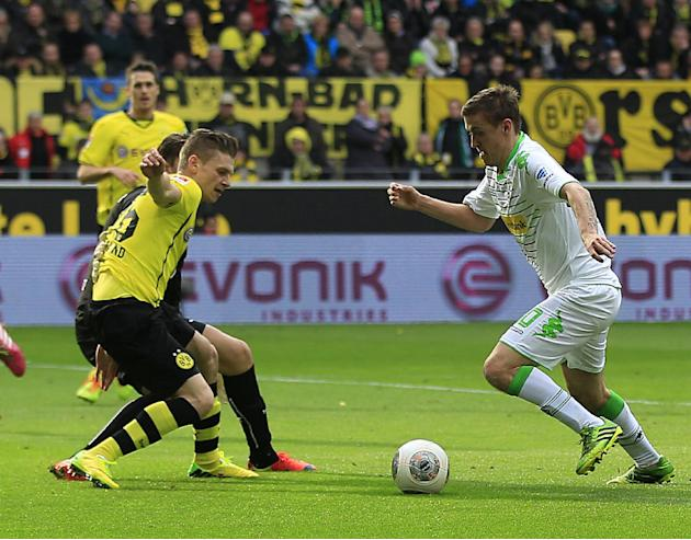 Moenchengladbach's Max Kruse, right, is on his way to score during the German first division Bundesliga soccer match between BvB Borussia Dortmund and VfL Borussia Moenchengladbach in Dortmund, Ge