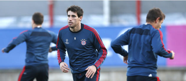 Bayern's Javier Martinez of Spain, center,  warms up during a training session in Munich, southern Germany, Monday, March 10, 2014, ahead of their round of 16 second leg Champions League soccer ma