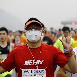 Beijing Holds Marathon in Smog 22 Times U.S. Average