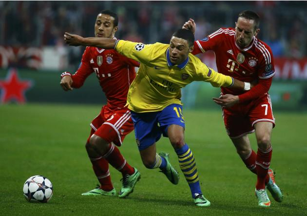 Bayern Munich's Alcantara and Ribery tackle Arsenal's Oxlade-Chamberlain during their Champions League round of 16 second leg soccer match in Munich