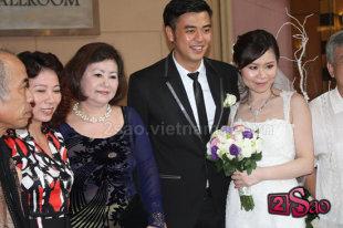 MC Tuấn Tú nghẹn ngào bên vợ trong đám cưới