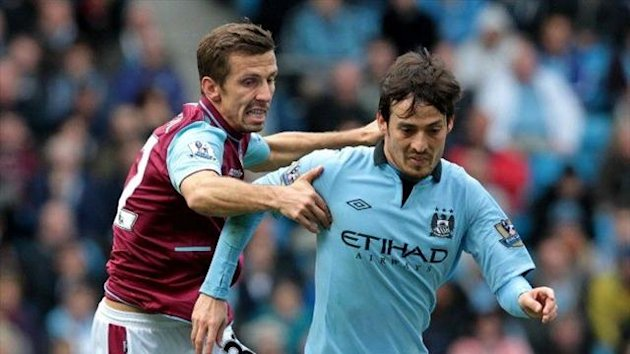 Gary O'Neil (West Ham) y David Silva (Manchester City)