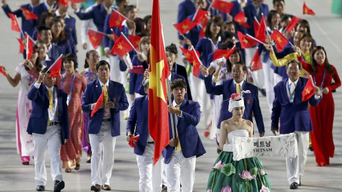 Flag bearer of Vietnam Hoang Quy Phuoc leads the team into the Opening Ceremony of the 17th Asian Games in Incheon