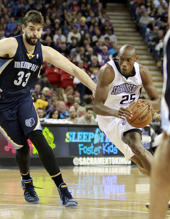 Sacramento Kings forward Travis Outlaw, right, drives to the basket against Memphis Grizzlies center Marc Gasol, of Spain, in the third quarter of an NBA basketball game in Sacramento, Calif., Sunday,