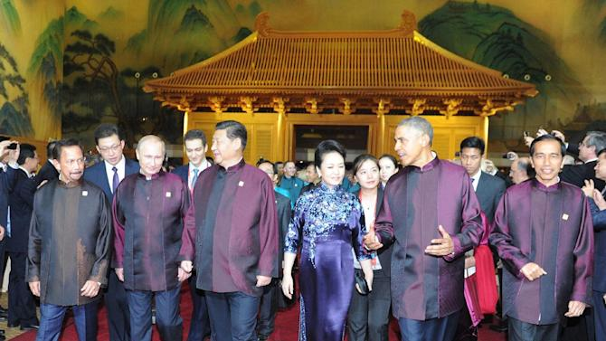 (From L) Brunei Sultan Hassanal Bolkiah, Russian President Vladimir Putin, Chinese President Xi Jinping, his wife Peng Liyuan, US President Barack Obama and Indonesian President Joko Widodo, walk together in Beijing, on November 10, 2014
