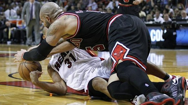 Miami Heat's Shane Battier (L) and Chicago Bulls' Carlos Boozer (R) scramble for a loose ball (Reuters)