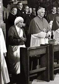 La Madre Teresa junto al cardinal Joseph Ratzinger en una foto de archivo de 1978 (KNA/AP)