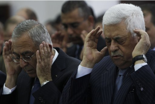Palestinian President Abbas and Prime Minister Fayyad pray in Ramallah on the first day of Eid al-Fitr