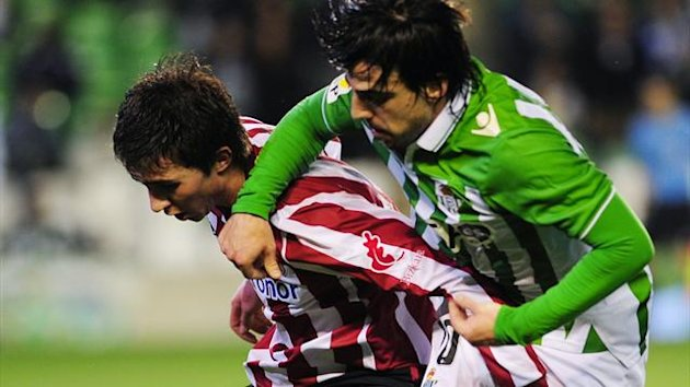 Athletic Bilbao's forward Laporte (L) vies with Betis' midfielder Benat Etxebarria (R) during the Spanish league football match between Betis and Athletic Bilbao at the Benito Villamarin stadium in Sevilla on January 21, 2013 (AFP)