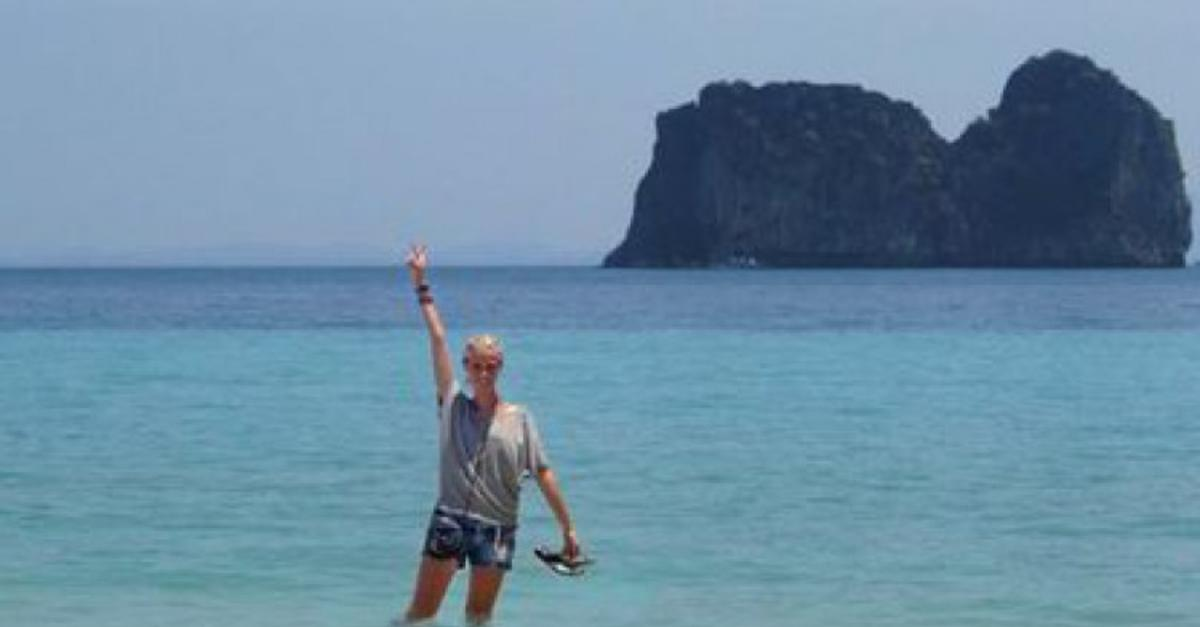 19 Images Of a Girl Pretending To Be Abroad