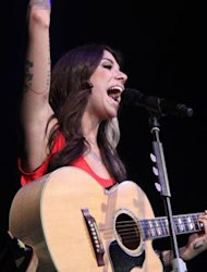 Romantis, Christina Perri Tulis Lagu 'Jar of Hearts'