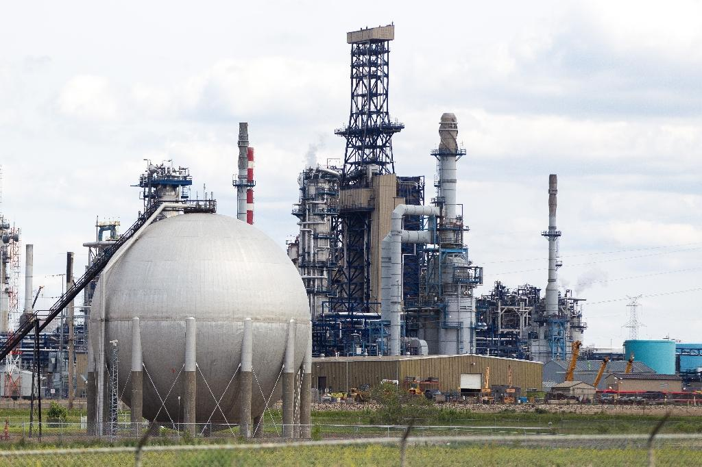 Lower oil prices push up Canada trade deficit