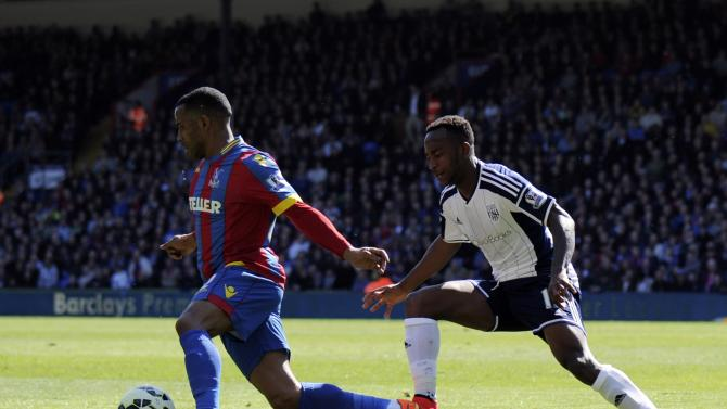 Crystal Palace's Jason Puncheon, left, is challenged by West Bromwich Albion's Saido Berahino during their Enlgish Premier League soccer match at Selhurst Park, London, Saturday, April 18, 2015. (Jon Buckle/PA via AP)      UNITED KINGDOM OUT      -     NO SALES     -     NO ARCHIVES