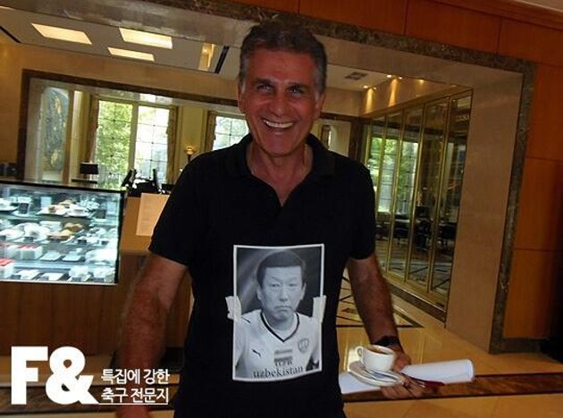 Queiroz accessorizes his black polo (101gg.com)