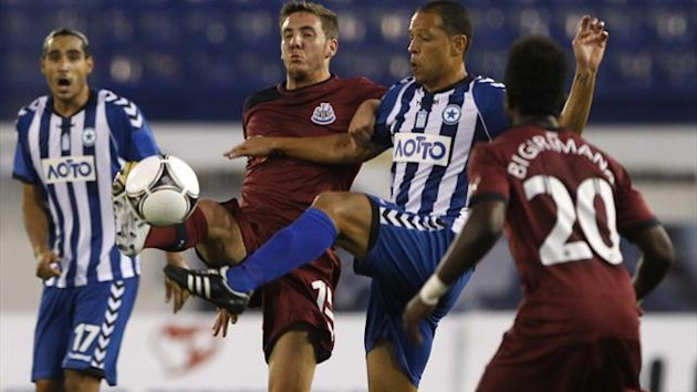 Atromitos' Eduardo Luiz Brito (2nd R) fights for the ball against Newcastle United's Dan Gosling (2nd L) during their Europa League soccer match in Athens August 23, 2012 (Reuters)