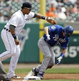 Royals beat Tigers in the 9th for 3-2 victory