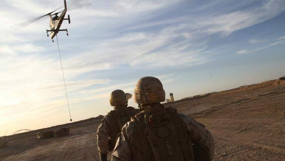 Robot Helicopter's 1st 'Hot Hookup' Makes Military History