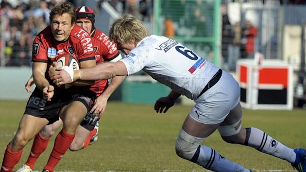 FRANCE, Toulon : Toulon's fly-half Jonny Wilkinson (L) vies with Montpellier's flanker Remy Martin during the French Top 14 rugby union match Toulon vs Montpellier on February 16, 2013 at the Mayol Stadium in Toulon, southern France (AFP)