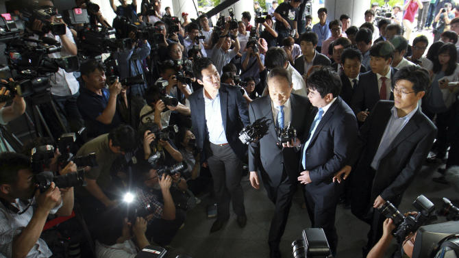In this photo taken on Tuesday, July 3, 2012, Lee Sang-deuk, the elder brother of South Korean President Lee Myung-bak is surrounded by media upon his arrival at the Supreme Prosecutors' Office in Seoul, South Korea. Lee is the latest high-profile figure to face questioning about alleged bribery in the country's banking industry. (AP Photo/Yonhap, Han Jong-chan) KOREA OUT