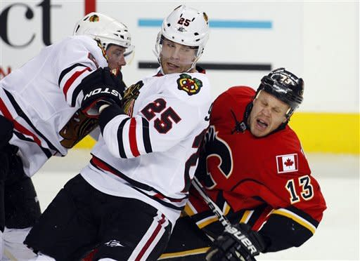 Iginla scores, Flames beat Blackhawks 3-1