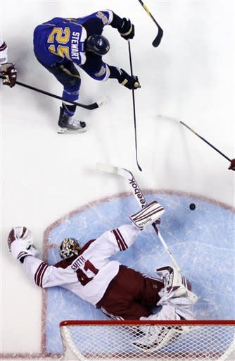 Halak's 34 saves lift Blues over Coyotes 4-1
