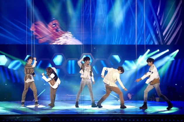 Shinee kick off their recent world tour in Seoul with a bang. (Running into the Sun photo)