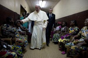 Pope Francis visits a pediatric hospital in Bangui …