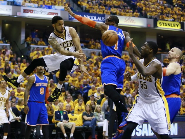 Indiana Pacers' Augustin passes to Hibbert around New York Knicks' Stoudemire during their NBA Eastern Conference playoff basketball game in Indianapolis