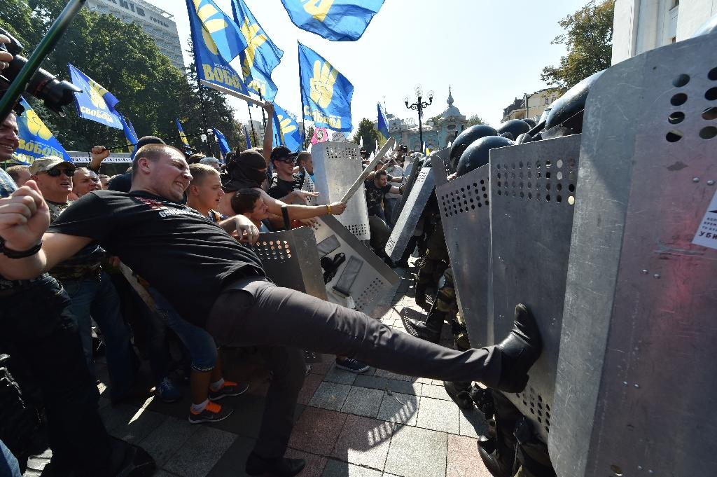 Deadly clashes in Kiev as Ukraine MPs back more autonomy for rebels