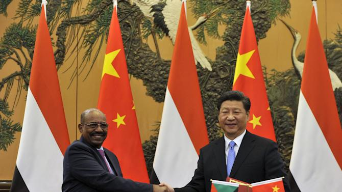 Chinese President Xi Jinping shakes hands with Sudanese President Omar al-Bashir during a signing ceremony at the Great Hall of the People in Beijing, China