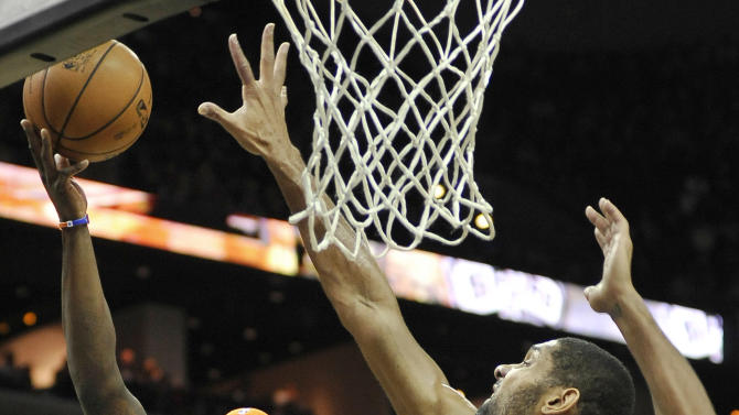 New York Knicks' Ronnie Brewer, left, shoots over San Antonio Spurs' Tim Duncan during the first half of an NBA basketball game on Thursday, Nov. 15, 2012, in San Antonio. (AP Photo/Darren Abate)