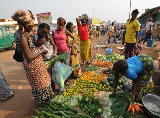 &lt;p&gt;Women buy vegetables in a market in Bangui, Central African Republic last month. Global food prices fell by 7.0 percent in 2012 from the level the previous year, the UN&#39;s Food and Agriculture Organisation said on Thursday, assuaging worries a few months ago that the world could be heading for a food crisis.&lt;/p&gt;