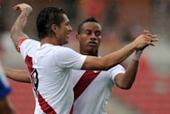 El delantero Paolo Guerrero (D) celebra un gol de Per junto a Andre Carrillo, en partido amistoso frente a Costa Rica, disputado el 15 de agosto de 2012 en San Jos. (AFP | rodrigo arangua)