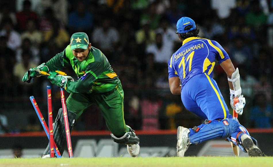 Pakistan wicketkeeper Sarfraz Ahmed (L)