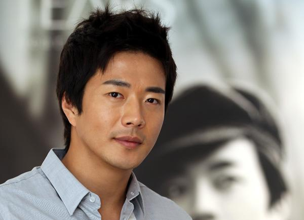Actor Kwon Sang-woo is leaving on a jet plane, with Jackie Chan