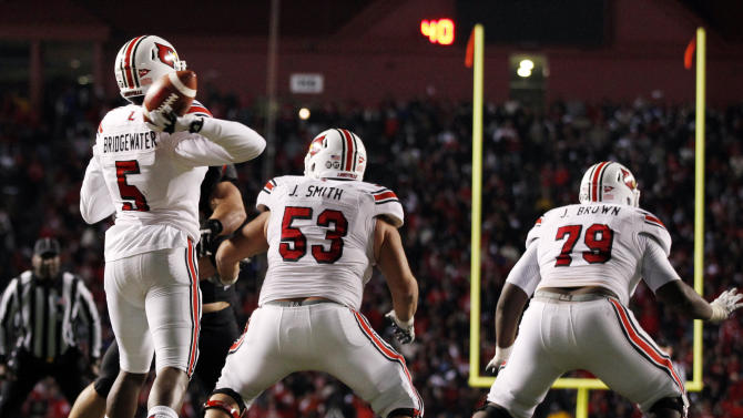 Louisville quarterback Teddy Bridgewater (5) throws a pass during the second half of an NCAA college football game against Rutgers in Piscataway, N.J., Thursday, Nov. 29, 2012. Louisville won 20-17. (AP Photo/Mel Evans)
