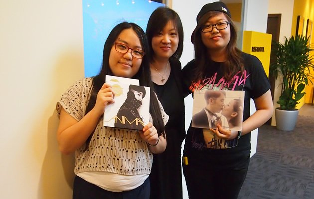 Hui Fen, 21, Valerie, 22, and Liu Yi Ling, 20, who were thrilled to be able to Skype with Jo (Yahoo! Photos / Elizabeth Soh)