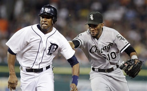 Tigers beat White Sox 4-2, pull even atop division