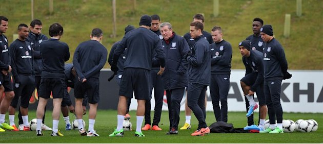 England manager Roy Hodgson (C) talks to his players during a training session near Burton-upon-Trent, on March 19, 2013