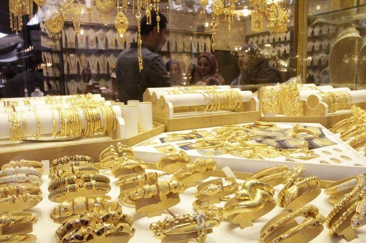 Gold drops almost 2 percent as dollar rally continues