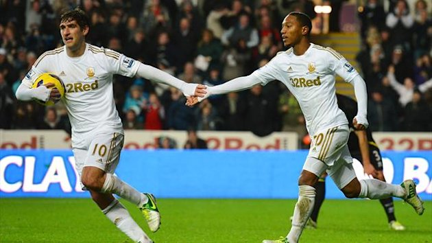 Swansea City's Dutch midfielder Jonathan de Guzman (R) celebrates with Swansea City's English forward Danny Graham