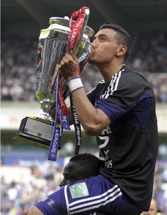 Anderlecht's Matias Suarez kisses the trophy as he celebrates winning the Belgian championship with his teammate Cheikhou Kouyate in Anderlecht