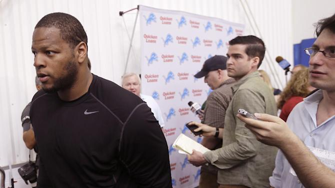 Suh at practice, talks contract, 2010 draft