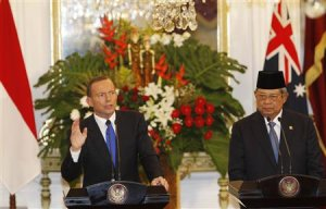 Australia's Prime Minister Abbott speaks beside Indonesia's President Yudhoyono during a joint news conference at the Presidential Palace in Jakarta
