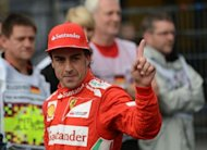 El espaol Fernando Alonso (de Ferrari) saluda tras lograr la &#39;pole position&#39; en el Gran Premio de Alemania de Frmula 1, este sbado en los entrenamientos oficiales disputados en el circuito de Hockenheim. (AFP | Dimitar Dilkoff)